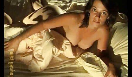 Chica tetona tatuada mostrando fantásticas tetas y masturbándose x porno español